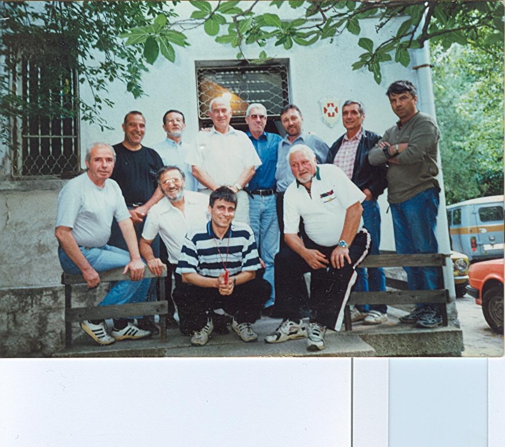 Щатните служители на ПСС пред къщата преди да я напуснем 02.06 2000 г.